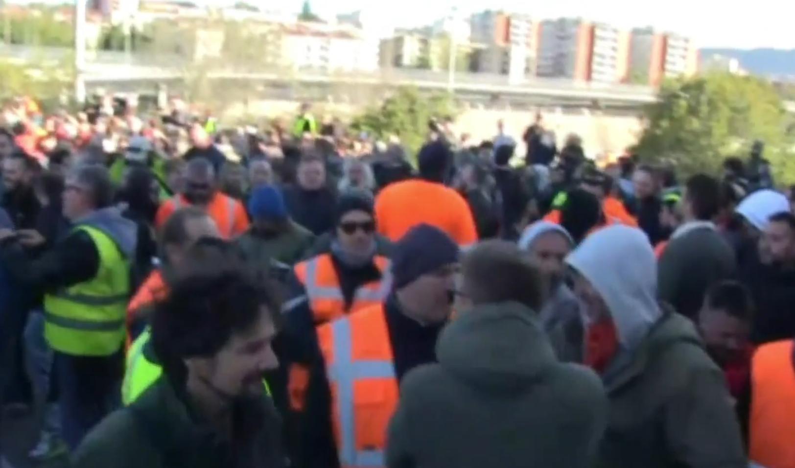 """Porto di Trieste, dopo gli idranti le cariche della polizia. Resistenza dei No Green Pass: """"La gente come noi non molla mai"""""""