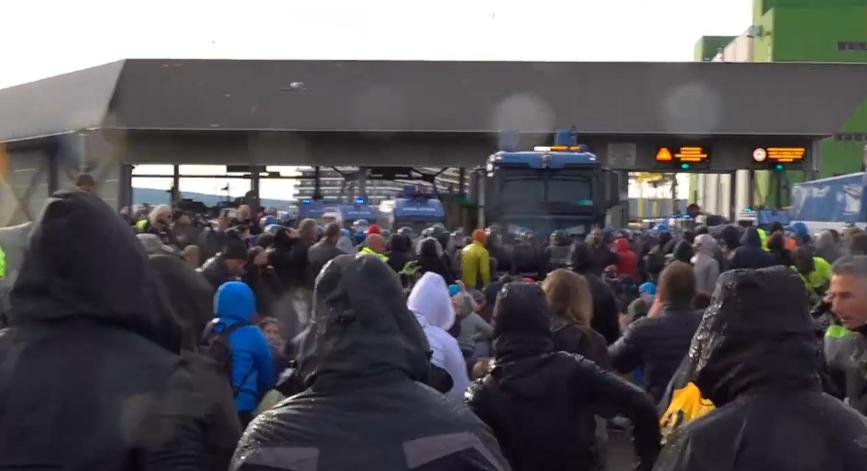 IMMAGINI IN DIRETTA – Porto di Trieste, Polizia usa idranti contro manifestanti